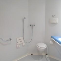salle de bain adaptée au fauteuil roulant